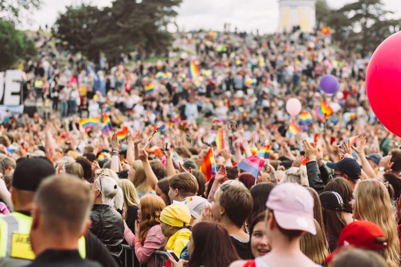 Helsinki, Finlande - 29 juin 2019 : Les jeunes près de la scène sur le festival de fierté de Helsinki en parc public de Kaivopuis image libre de droits