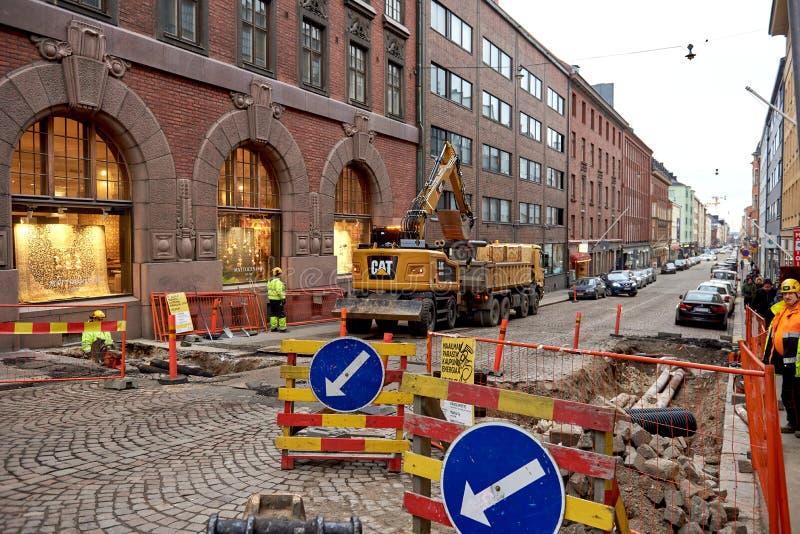 HELSINKI, FINLANDE LE 18 DÉCEMBRE 2018 : Réparation des communications de tuyau dans la ville photographie stock