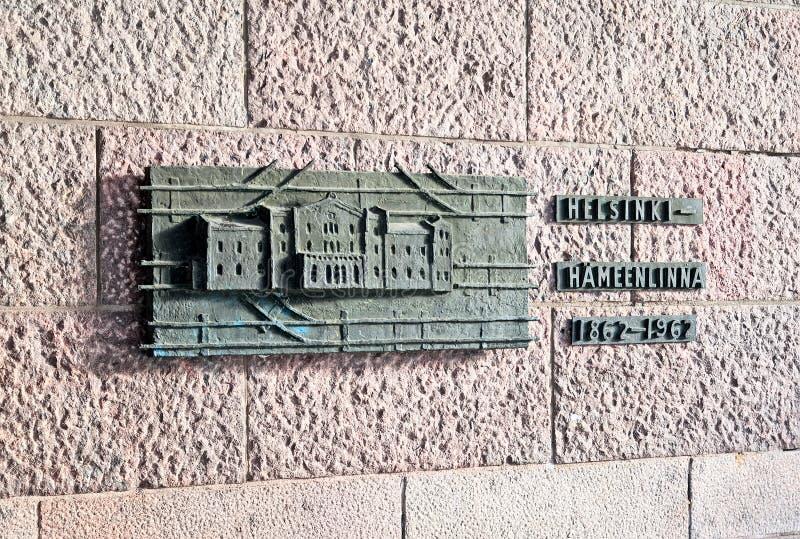 helsinki finlandia Alivio de bronce cerca de la entrada principal al ferrocarril central fotos de archivo