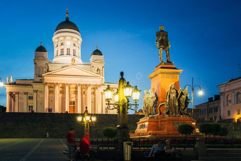 Helsinki, Finlandia Cuadrado del senado con la catedral y el monumento del Lutheran foto de archivo