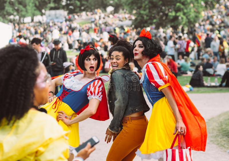 Helsinki Finlandia, Czerwiec, - 29, 2019: Grupa mężczyźni w Snowhite kostiumach robi fotografii na Helsinki dumy festiwalu w Kaiv zdjęcia royalty free