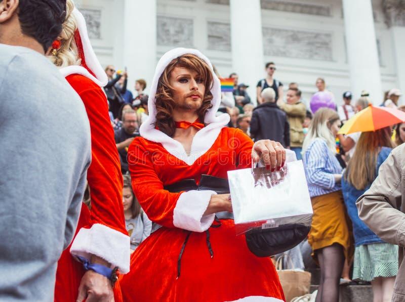 Helsinki Finlandia, Czerwiec, - 30, 2018: Uczestnicy w Święty Mikołaj wearings na schodkach katedra na Helsinki szczycą się festi zdjęcie stock
