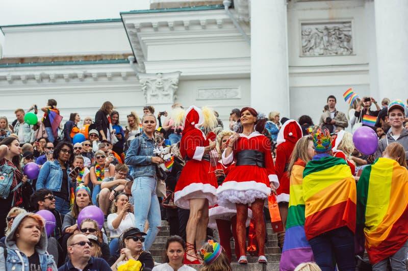 Helsinki Finlandia, Czerwiec, - 30, 2018: Uczestnicy w Święty Mikołaj wearings na schodkach katedra na Helsinki szczycą się festi zdjęcia stock