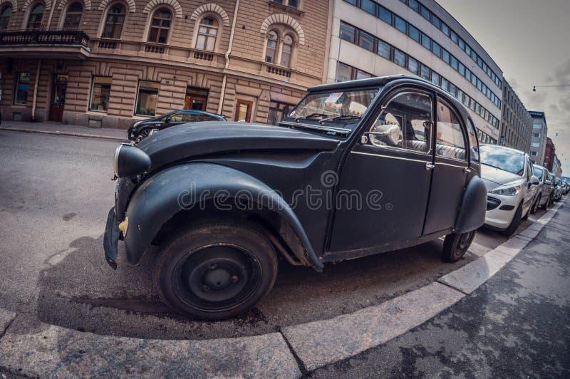 Helsinki, Finlandia - 16 de mayo de 2016: Viejo negro Citroen 2CV del coche lente de fisheye de la perspectiva de la distorsión fotos de archivo
