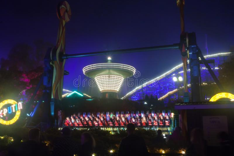HELSINKI, FINLANDIA - 12 DE OCTUBRE DE 2018: El carnaval del acontecimiento ligero en el parque de atracciones de Linnanmaki en H imagen de archivo libre de regalías
