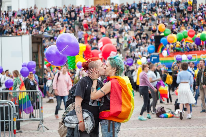 Helsinki, Finlandia, el 30 de junio de 2018 Un par heterosexual con un r fotografía de archivo libre de regalías