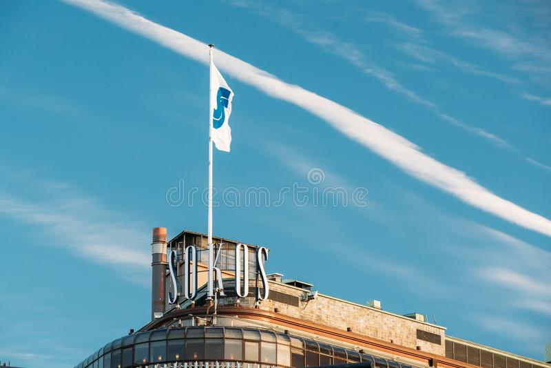 Helsinki, Finlandia Flaga Z loga logotypem Na dachu Oryginalny Sokos hotel obraz stock