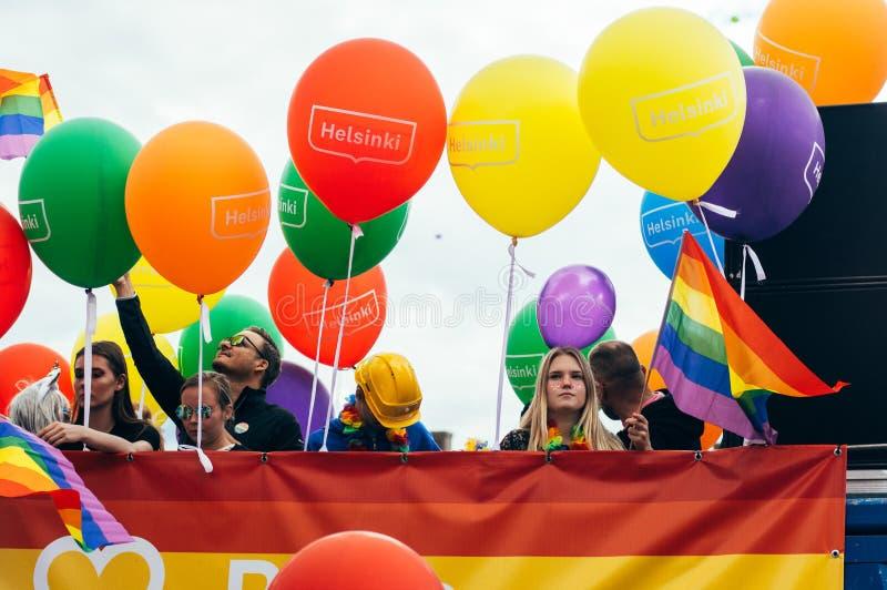 Helsinki, Finlandia - 30 giugno 2018: La gente con i palloni sul festival di orgoglio di Helsinki sul quadrato del senato fotografia stock libera da diritti