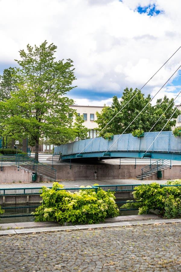 HELSINKI, FINLANDIA - 12 GIUGNO 2016: Ponte strallato pedonale attraverso il canale di fiume nella zona residenziale immagine stock