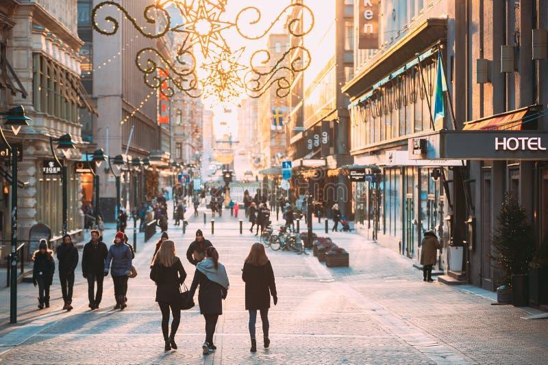 Helsinki, Finlandia La Gente Cammina Per La Strada Di Kluuvikatu In Inverno Sunny Day Via Decorata Per Natale E Capodanno immagini stock