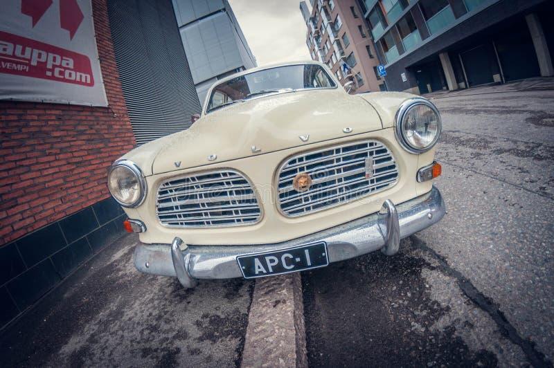 Helsinki, Finlandia - 16 maggio 2016: Vecchia automobile bianca di Volvo Amazon fish-eye di prospettiva di distorsione fotografie stock libere da diritti