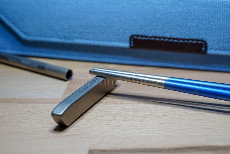 Helsinki Finlandia, Marzec, - 27, 2019: Chopsticks i słoma robić titanium dla podtrzymywalnego zamierzają i używać klingerytu one obrazy royalty free