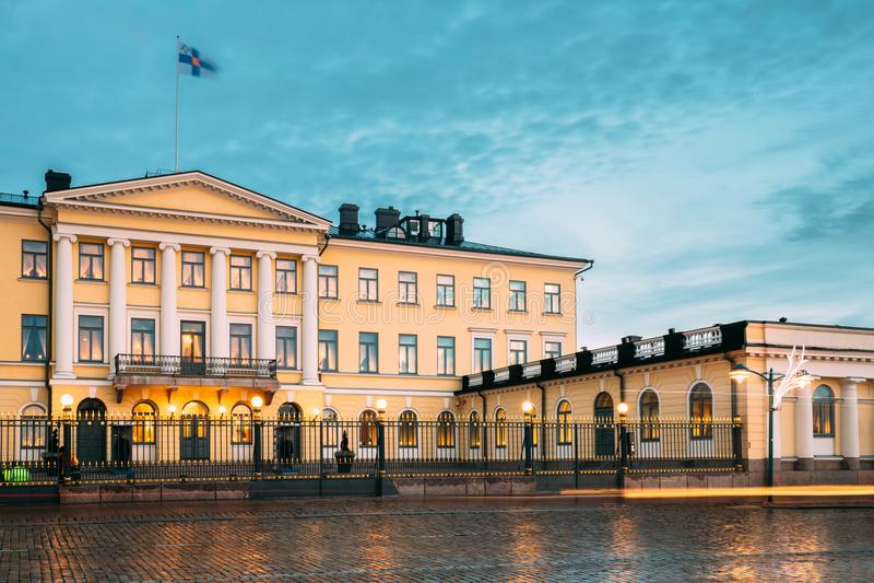 Helsinki, Finlandia Palacio presidencial en iluminaciones de tarde foto de archivo libre de regalías