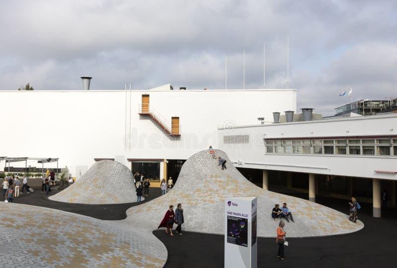 Helsinki, Finlandia-septiembre 9,2018: Las bóvedas blancas en el Lasipalatsi ajustan en el espacio al aire libre de Amos Rex imagen de archivo