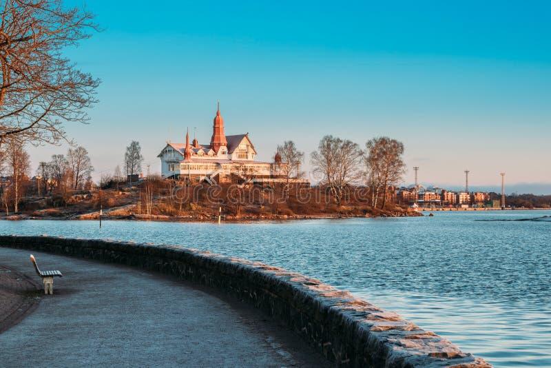 Helsinki, Finlandia Vista de la isla de Luoto en Sunny Winter Morning imagenes de archivo