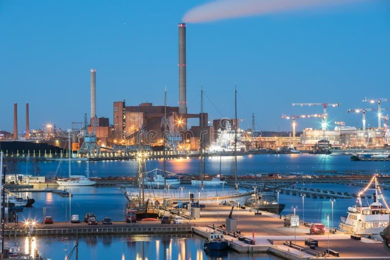Helsinki, Finlandia Vista di notte di sera della zona industriale di Hanasaari fotografia stock