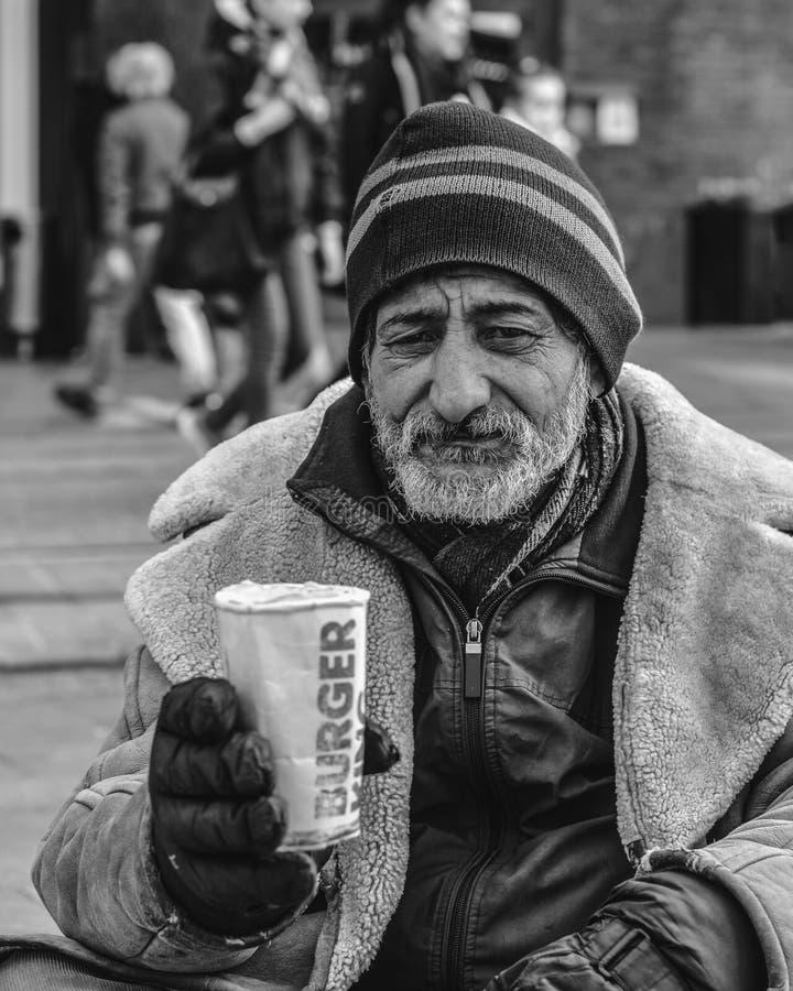 Helsinki/Finnland - 7. April 2019: Obdachloser auf der Straße einer europäischen Stadt bitten um Geld stockfotos
