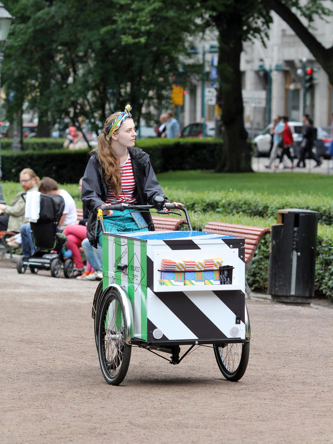 Helsinki, Finnland. Der Eiscremeverkäufer stockfoto