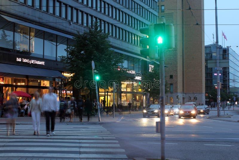 Helsinki, Finnland. Die zentrale Straße in der Nacht lizenzfreies stockfoto