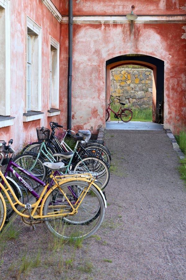 Helsinki, Finnland Fahrräder auf dem Parken nahe Haus lizenzfreie stockfotos