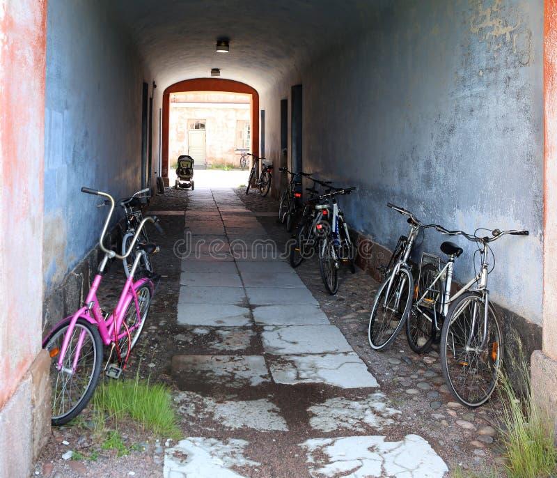 Helsinki, Finnland Fahrräder auf dem Parken nahe Haus lizenzfreies stockfoto