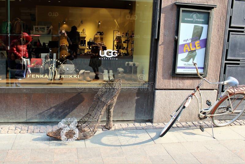 Helsinki, Finnland, im März 2012 Interessante Anzeigen für Schuhe nahe dem Geschäft im Stadtzentrum lizenzfreie stockfotos