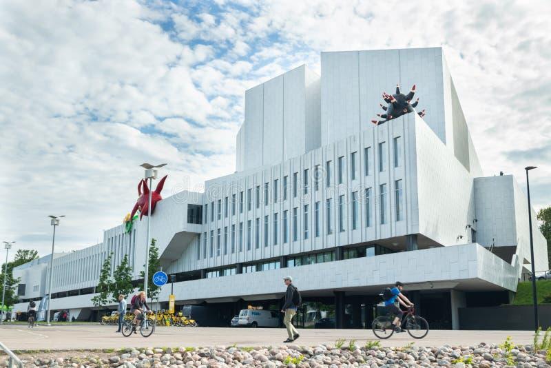Helsinki, Finnland - 12. Juni 2019: Bucht im Stadtpark in Helsinki, Finlandia Hall, Kongress- und Veranstaltungsort stockbild