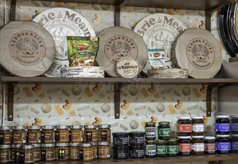 Helsinki, Finnland - 19. März 2019: Verschiedene Auswahl an Konfitüren und knusprigem Brot auf dem Regal in der Markthalle lizenzfreie stockfotos