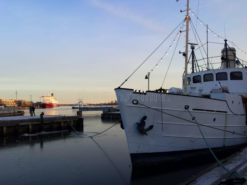 Helsinki-Hafen am Winterabend lizenzfreies stockfoto