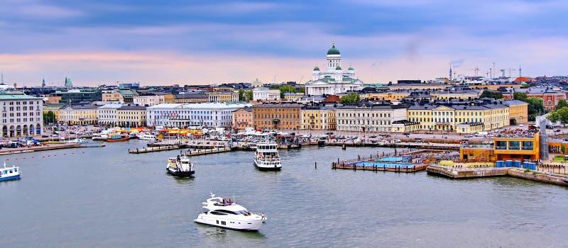 Helsinki-Stadtbild mit Helsinki-Kathedrale und Marktplatz, Finnland stockfotos