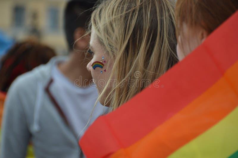 Helsinki-Stolz 2019 - junge Frau mit Regenbogenfarbe in ihrer Backe lizenzfreie stockfotos