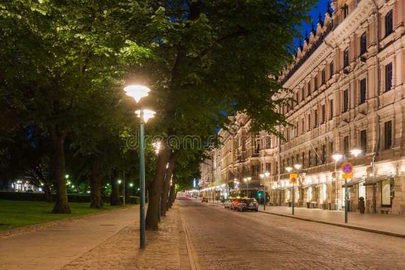 Helsinki-Straßen-Ansicht nachts stockbild