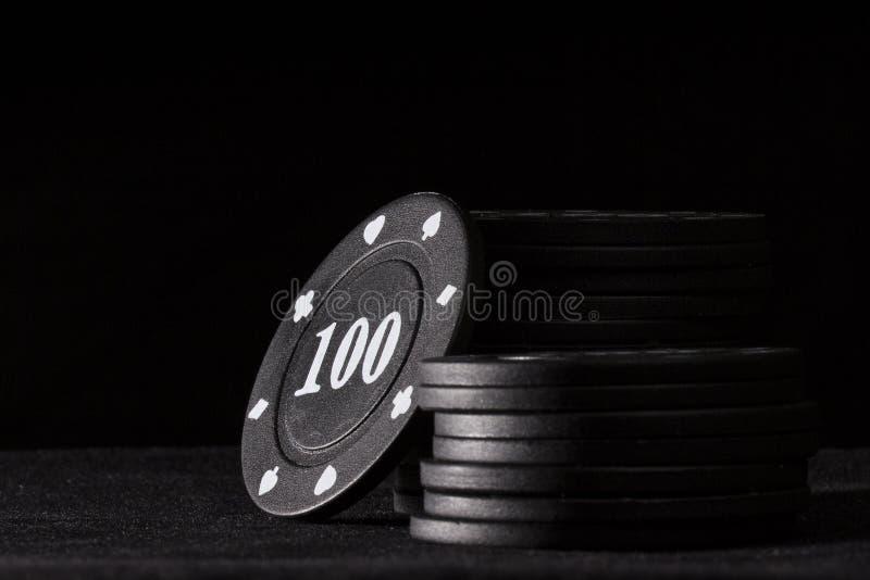 Heltäckandesvart gå i flisor för att spela poker på en mörk bakgrund royaltyfri bild