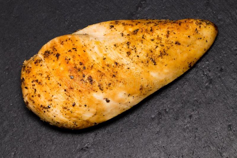 Helt fegt bröst med kryddor på ett stenbräde, kopia för bästa sikt royaltyfri foto