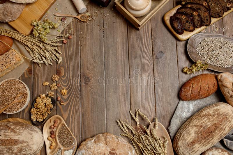 Helt kornmultigrainbröd, helt och skivat, innehåller frö som isoleras på svart arkivbild
