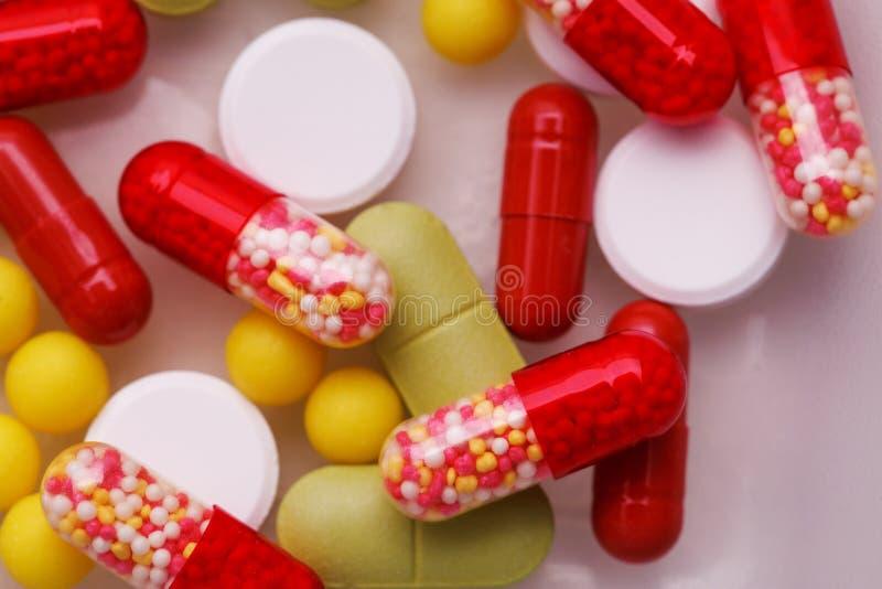 被分类的配药医学药片、片剂和胶囊在白色背景 库存图片