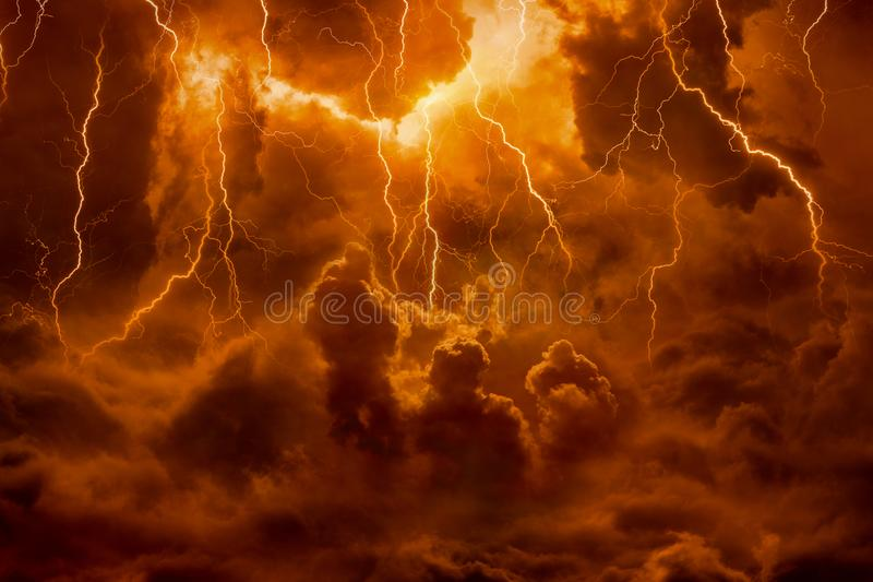 Helvetesfär, ljusa blixtar i apokalyptisk himmel, bedömningdag, royaltyfri fotografi