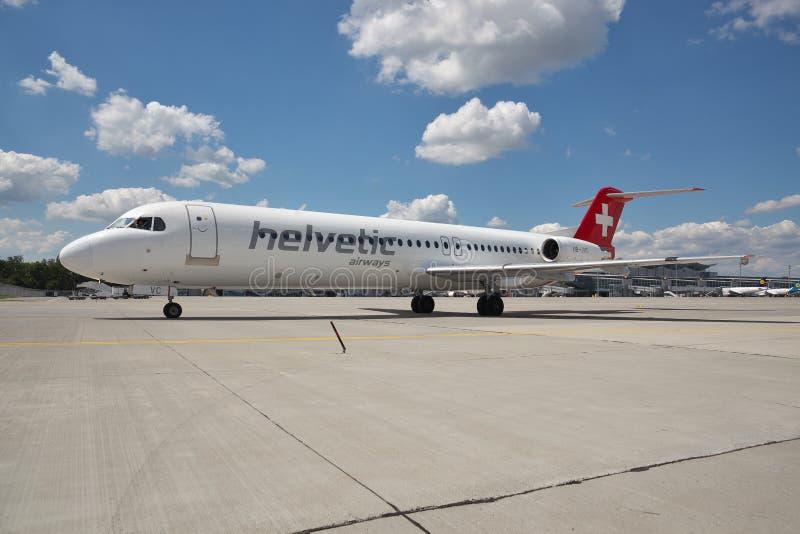 Helvetic Airways Fokker-100 imagenes de archivo