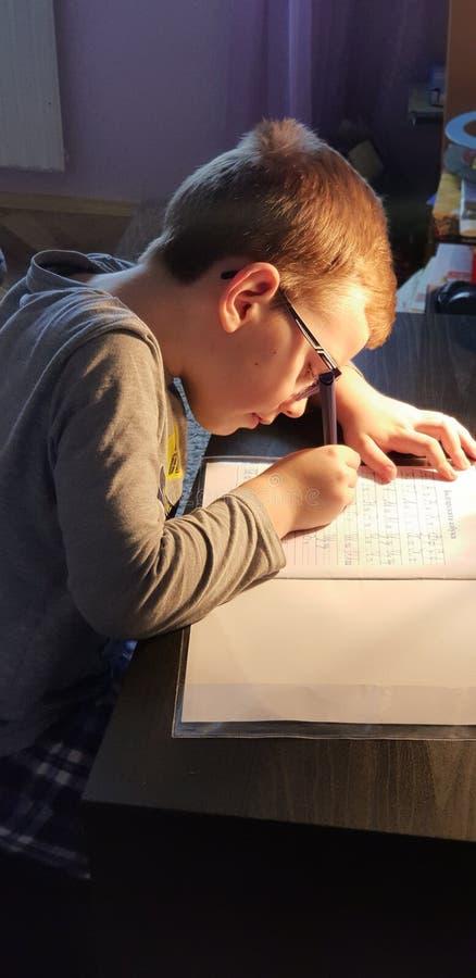 Hem- arbete för barnhandstil arkivbild