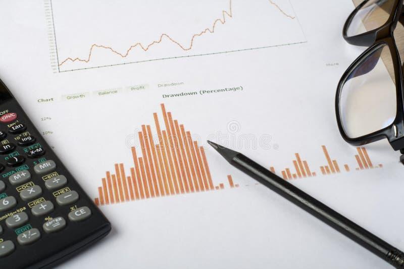 Hem- besparingar, budget- begrepp Kartlägga, skriva, räknemaskinen och exponeringsglas på den trätabellen för kontorsskrivbordet royaltyfri bild