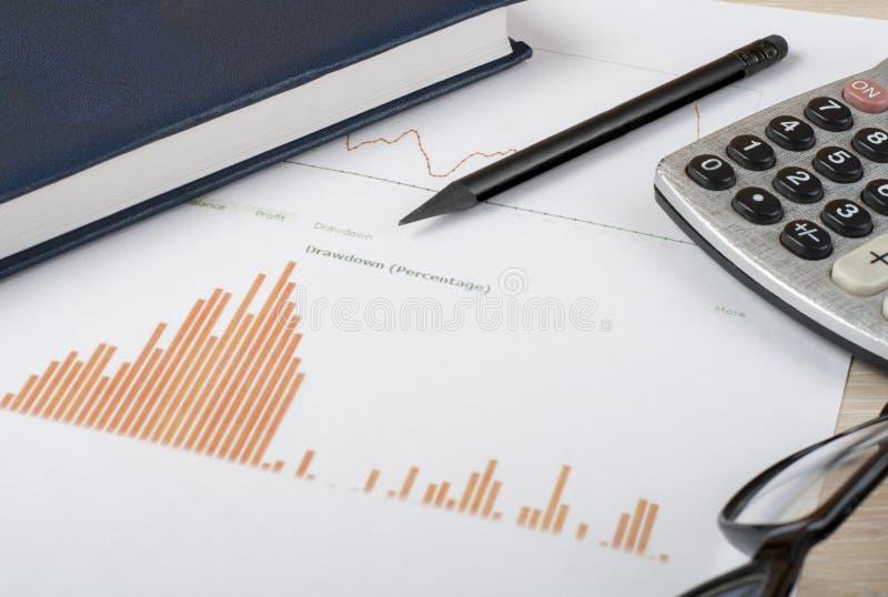 Hem- besparingar, budget- begrepp Kartlägga, skriva, räknemaskinen och exponeringsglas på den trätabellen för kontorsskrivbordet arkivfoton