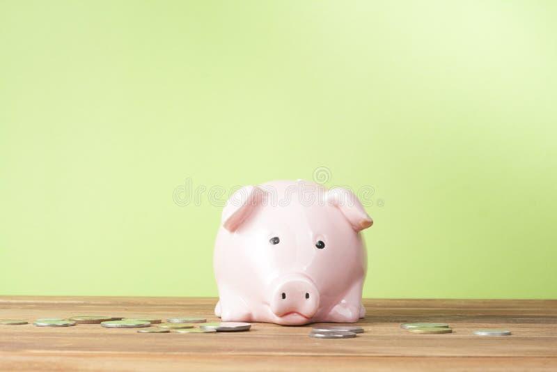 Hem- besparingar, budget- begrepp Modellera huset, notepaden, pennan, räknemaskinen och mynt på den trätabellen för kontorsskrivb royaltyfri fotografi