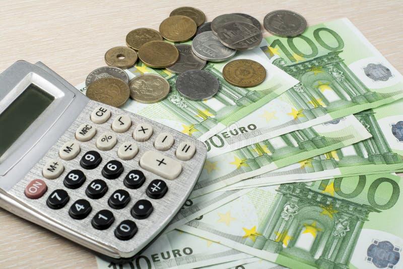 Hem- besparingar, budget- begrepp Räknemaskin och pengar på den trätabellen för kontorsskrivbord fotografering för bildbyråer