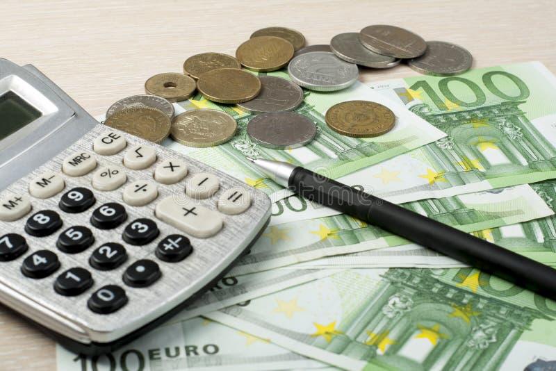Hem- besparingar, budget- begrepp Räknemaskin, penna och pengar på den trätabellen för kontorsskrivbord fotografering för bildbyråer