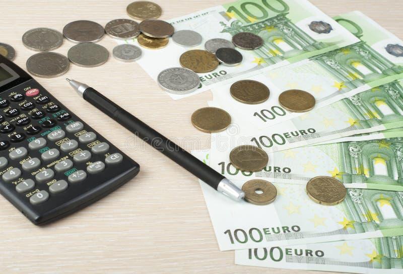Hem- besparingar, budget- begrepp Räknemaskin, penna och pengar på trätabellen royaltyfri fotografi