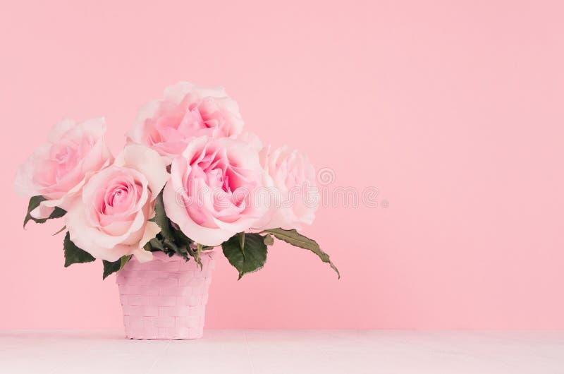 Hem- dekor med blommor i romantisk stil - pastellfärgad rosa rosbukett i korg på den vita trätabellen, kopieringsutrymme arkivfoton