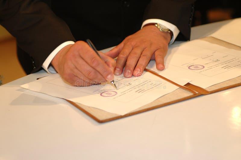 Hem die het (de ceremonie van het Huwelijk) ondertekent royalty-vrije stock foto