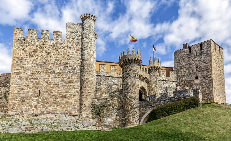 Hem- eller huvudsaklig ingång av den Templar slotten i Ponferrada, Bierzen arkivbild