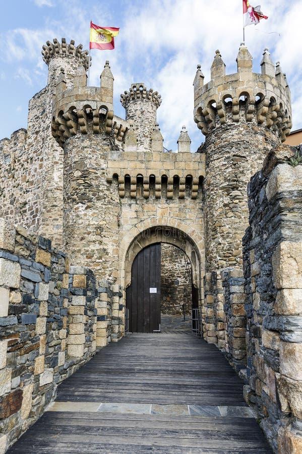 Hem- eller huvudsaklig ingång av den Templar slotten i Ponferrada, Bierzoen arkivfoton