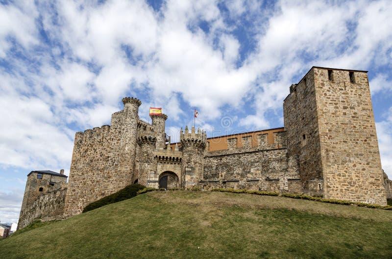 Hem- eller huvudsaklig ingång av den Templar slotten i Ponferrada, Bierzoen royaltyfri bild